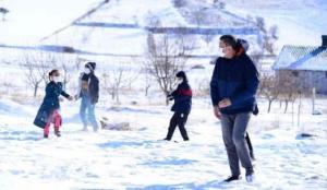 Milli Eğitim Bakanı Selçuk, öğrencilerle kar topu oynadı
