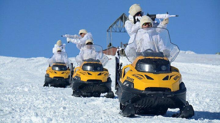 Milli Savunma Bakanlığı paylaştı: Komandoların kar motosikletli ve kayaklı muharebe eğitimi nefes kesti