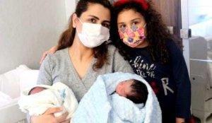 Sağlık çalışanı koronavirüsü yendikten 3 gün sonra ikiz bebek dünyaya getirdi