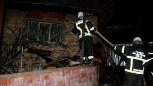 Sobadan çıkan yangın üç evi küle çevirdi