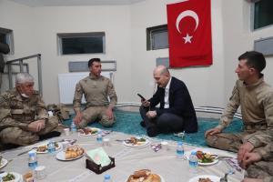 Soylu'nun Askerlerle Yer Sofrasındaki Fotoğrafı Sosyal Medyanın Gündeminde: 'Gerçekten Masa mı Yoktu?'