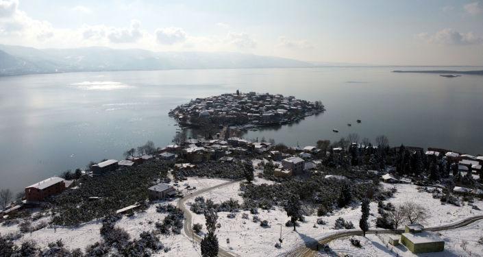 'Türkiye'nin Venedik'i' Gölyazı'nın yaz ve kış fotoğrafları aynı karede