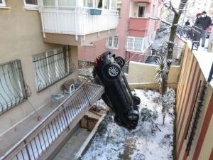 Üsküdar'da İlginç Kaza! Apartmanın Bahçesine Uçan Araç Dik Durdu