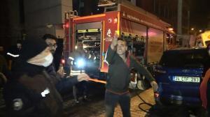 Yanan binadan çıkıp gazetecilere saldırdılar