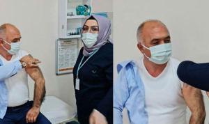 AKP'li belediye başkanı 52 yaşında aşı oldu