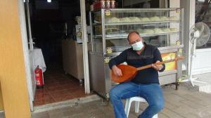 Burada künefeden fazlası var: Müşterilerini mani ve türkülerle karşılıyor