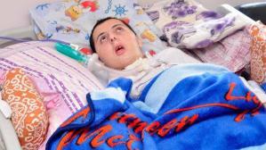 Çocuklukta oynadığı piller Servet'i yatalak etti: Kumandanın pillerini ağzında çiğniyordu