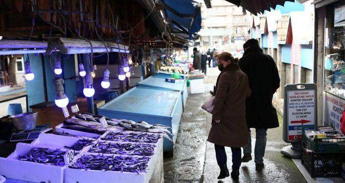 Doğu Karadeniz'de fırtına balıkçıları vurdu, tezgahlar boş kaldı: 'Dondurulmuş mamüller olmasa balıkçılar kapatır'