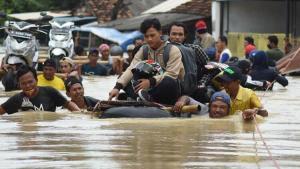 Endonezya'da doğal afetler 213 can aldı