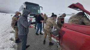 Erzincan haberleri: Polis ve askerlerden yolda kalanlara ikram