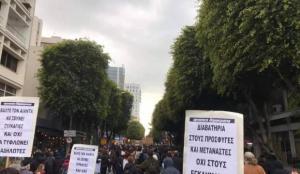Güney Kıbrıs'ta hükümetin korona politikası protesto edildi