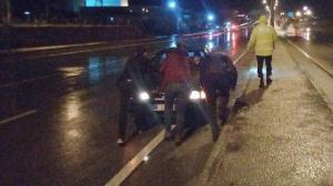 İstanbul -Çanakkale yolu şiddetli sağanak nedeniyle göle döndü: Mahsur kalan otomobili polisler iterek kurtardı