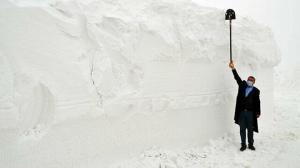 Kar kalınlığı 6 metreye ulaştı köylerle ulaşım kesildi