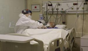 """Kovid-19 yoğun bakım hemşireleri: """"Koronavirüs hastaları denizde boğuluyormuş hissi yaşıyor"""""""