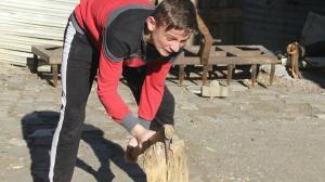 Milli boksörler antrenmanlarını doğada yaparken yaşlıların odunlarını kırıyor