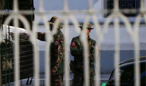 Myanmar'da ordunun yönetime el koymasının ardından işçiler, iş bırakmaya hazırlanıyor