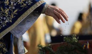 Romanya'da vaftiz edildikten sonra bebeğin hayatını kaybetmesi tepkilere neden oldu