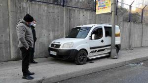Sarıyer'de ilginç kaza: Boş yolda kaldırıma çıkıp aracını direkle duvarın arasına sıkıştırdı