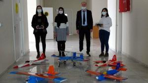 TEKNOFEST yarışmalarından etkilenince model uçak yapmaya karar verdiler: Erçişli iki kız öğrenci insansız model uçak yaptı