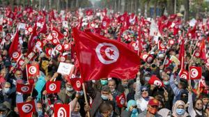 Tunus'ta binlerce kişi sokağa indi: Kriz devam ediyor