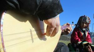 Üç parmağıyla bağlama çalıyor: Usta sanatçılara taş çıkartıyor