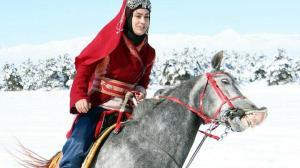 Yöresel kıyafetli Erzurumlu kadınlardan karla kaplı ormanda atlı safari