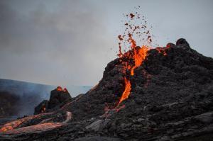 6 Bin Yıl Sonra Lav Püskürtmeye Başlayan Yanardağın Drone ile Çekilen Büyüleyici Görüntüleri