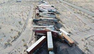 ABD'de yük treni raydan çıktı, 44 vagon birbirine girdi