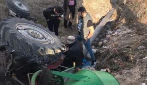 Afyonkarahisar'da devrilen traktörün altında kalan kişi ağır yaralandı