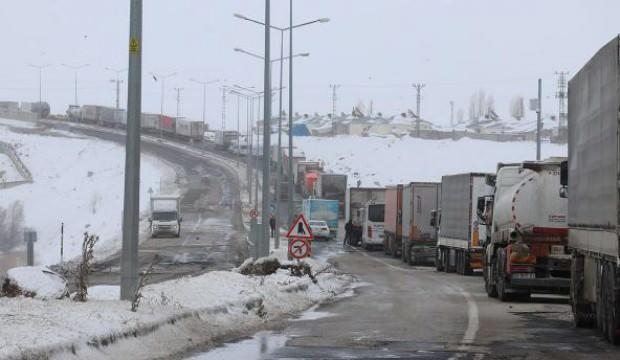 Ağrı-İran kara yolu yoğun tipi nedeniyle ulaşıma kapandı