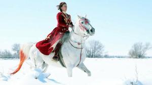 At biniyor, cirit oynuyor, ok atıyor, judo yapıyor: Erzurumlu öğretmene film ve dizi teklifi yağıyor