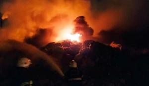 Hurdalıkta çıkan yangını itfaiye söndürdü