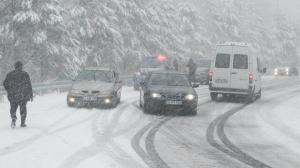 Kar yağışı yurda giriş yaptı: Şiddetli kar yağışı kenti beyaza bürüdü
