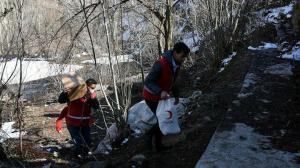 Kızılay gönüllüleri kar-kış dinlemiyor: İhtiyaç sahiplerinin yardımına yetişiyorlar