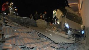 Otomobil apartmana daldı: Mahalleli 'deprem oldu' sandığı manzarayı gördüğünde şoke oldu
