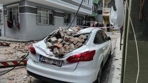 Otomobil hurdaya döndü: Beyoğlu'nda binanın çatı duvarı çöktü faciadan dönüldü