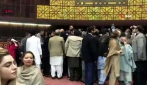 Pakistan meclisinde milletvekilleri birbirine girdi