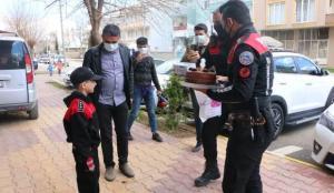 Polis abilerinden Bilal Emin'e doğum günü sürprizi