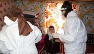 Sağlık çalışanları 90 yaşındaki Şehriye ninenin Kovid-19 aşısı için yollara düştü