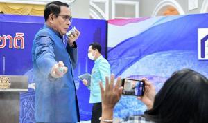Tayland Başbakanı Prayut, gazetecilerin üzerine dezenfektan sıktı