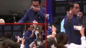 Tayland'da inanılmaz anlar: Başbakan gazetecilerin üstüne dezenfektan sıktı!