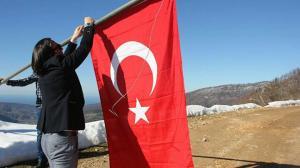 Yıpranmış Türk bayraklarını yenileri ile değiştiriyor: Bu bayraklar için çok canlar feda edildi kolay kazanılmadı