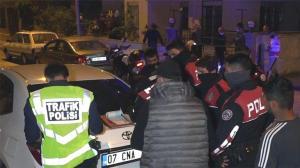 Antalya'da hareketli gece! Mahalleli sokağa döküldü