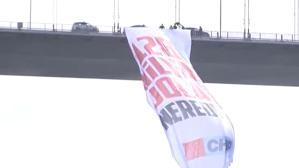 """CHP'li vekiller 15 Temmuz Şehitler Köprüsü'ne """"128 milyar dolar nerede?"""" yazılı dev bir pankart astı"""