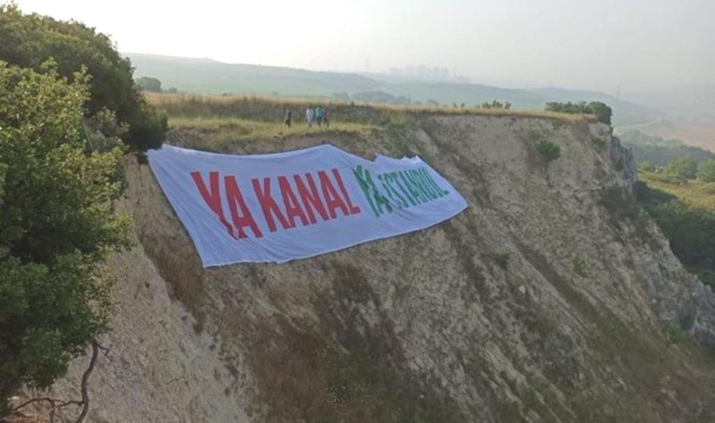 """Kanal İstanbul temel atma alanına """"Ya Kanal Ya İstanbul"""" pankartı astılar"""