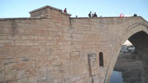 Kısıtlamaların kaldırılmasını fırsat bilen vatandaşlar Malabadi Köprüsü'ne akın etti