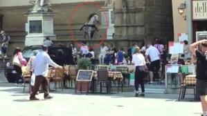 Kontrolden çıkan at, dünyaca ünlü meydanı böyle birbirine kattı