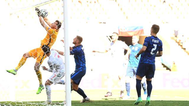 Slovakya kalecisi Dubravka'dan kendi kalesine akılalmaz gol