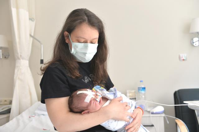 """Solunum sıkıntısı çeken bebek, """"dil itici"""" aparatla hayata tutundu"""