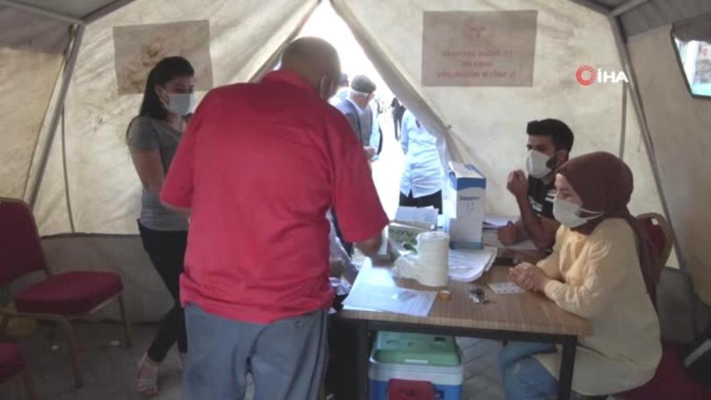 Yüksekova'da randevusuz aşı çadırına yoğun ilgi